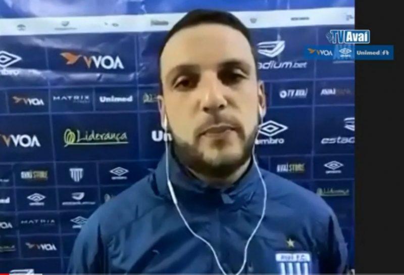 Treinador substituto Bruno Gonçalo na entrevista coletiva virtual – Foto: TV Avaí/reprodução/ND