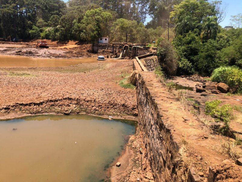 """<span style=""""font-weight: 400;"""">A seca histórica que atingiu Santa Catarina nos últimos meses mudou o cenário nos rios e lagos. Em Chapecó, o lajeado que abastece a área urbana do município chegou no pior nível dos últimos anos. Esse registro é de terça-feira, dia 24.</span>"""