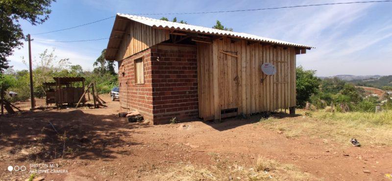 O corpo foi encontrado nos fundos de uma casa de madeira. – Foto: Polícia Civil/Divulgação