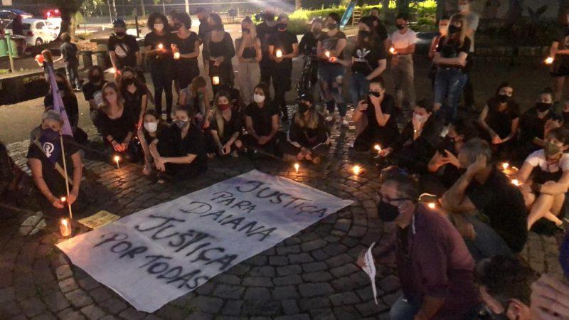 Dezenas de pessoas se reuniram na Praça de Blumenau, na tarde desta sexta-feira (27), em memória de Daiana dos Santos Silva, de 27 anos, esfaqueada até a morte pelo ex, identificado como Neylor Eduardo de Siqueira Dias – Foto: Gabriela Milanezi/NDTV Blumenau/ND