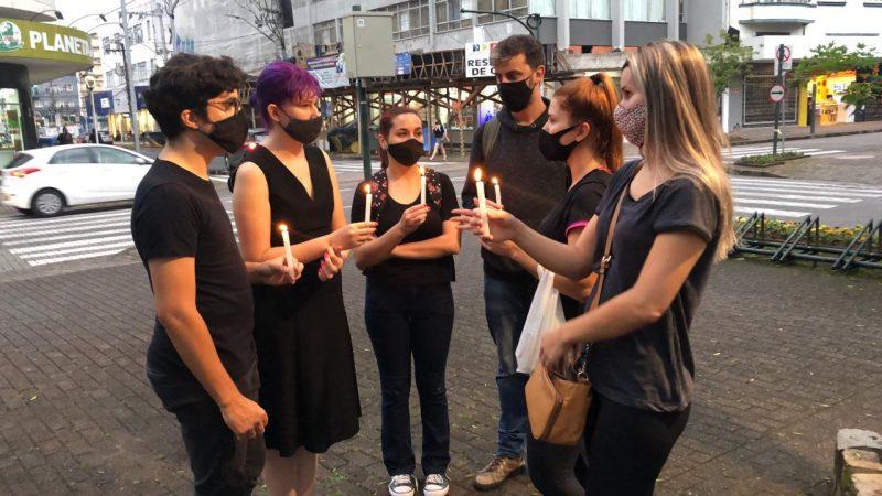 Quem estava lá, se vestia de preto, na rua 15, no Centro do município. Elas simbolizavam o luto pela vida de cada uma das mulheres vítimas de violência – Foto: Gabriela Milanezi/NDTV Blumenau/ND