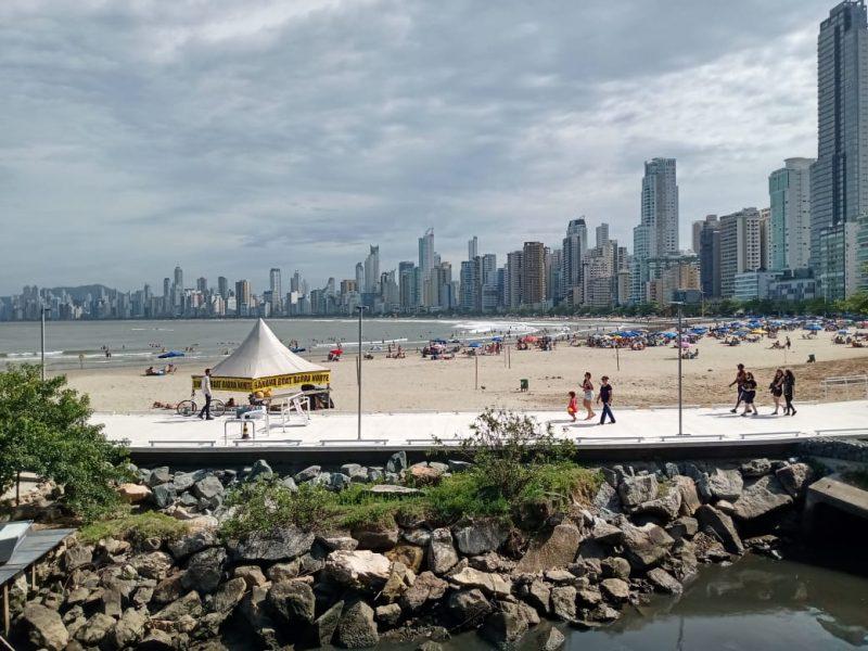 Praias de Balneário Camboriú registram aglomeração diante da segunda onda de Covid-19 – Foto: Paulo Metling/NDTV