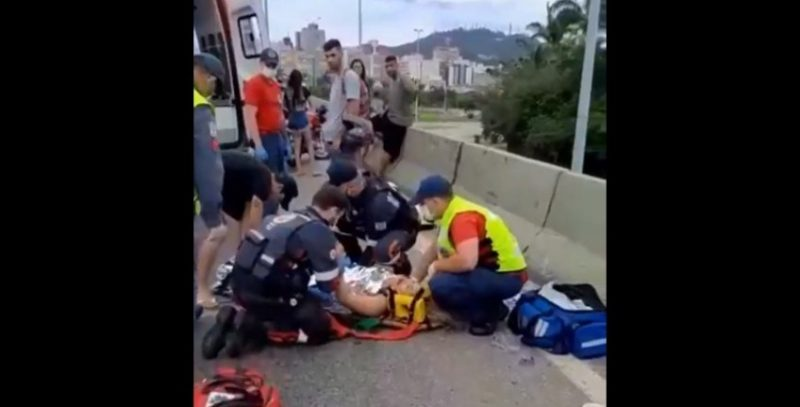 Passageira da moto foi atendida por uma equipe do Samu – Foto: Guarda Municipal/Divulgação/ND