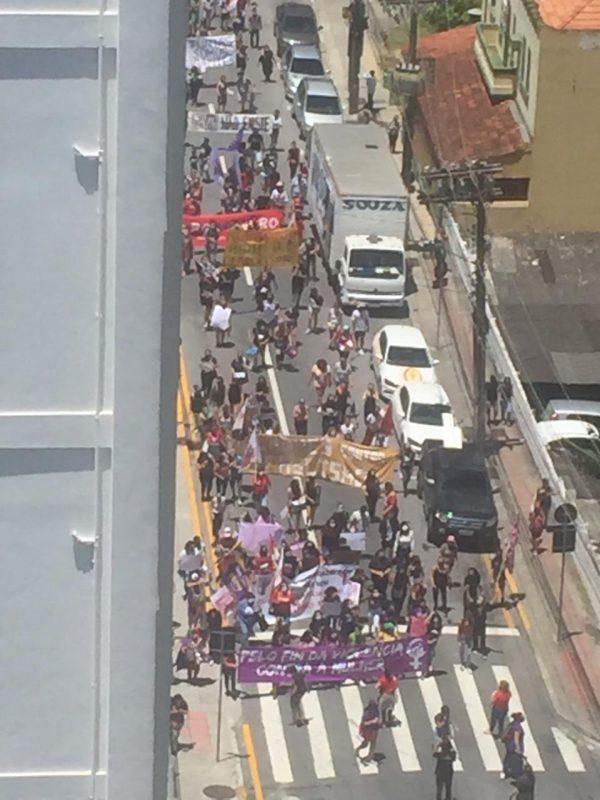 Manifestantes caminham pela Rua Tenente Silveira e devem se encontrar em frente à OAB, em Florianópolis. – Foto: Reprodução