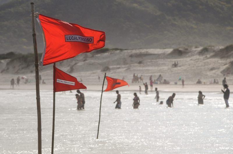 Praia da Joaquina neste domingo (01): feriadões levam à reflexão sobre gestão da pandemia pelo poder público e comportamento da população – Foto: Léo Munhoz