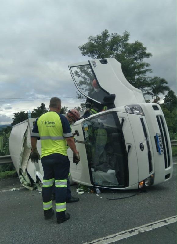 Tombamento ocorreu após pneu do caminhão – Foto: Arteris Litoral Sul/Divulgação/ND