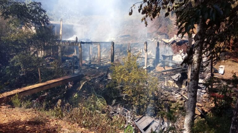 Casas em Seara ficaram destruídas após incêndio – Foto: Portal