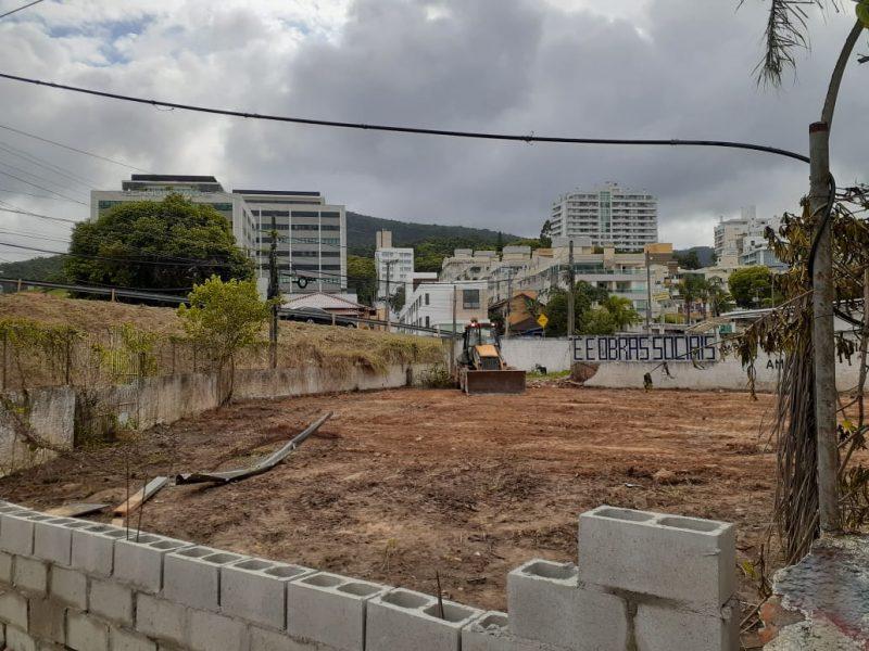 Moradores do terreno ao lado usaram patrola para derrubar muro- Foto: Divulgação/ND