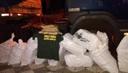 Durante a operação, policiais descobriram fundos falsos em cargas onde a droga era escondida – Foto: Gaeco
