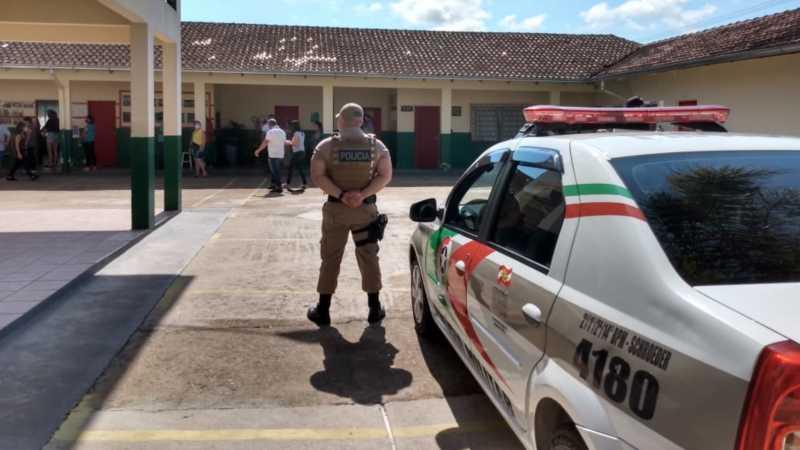 Policial fiscaliza colégio em Jaraguá durante as eleições