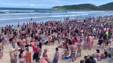 Praia do Rosa voltou a registrar aglomerações neste feriadão – Foto: Reprodução/TikTok