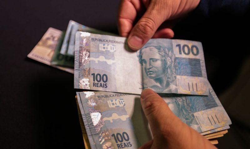 Dinheiro deve ser controlado e não controlar a pessoa, diz Roberto Navarro, educador financeiro – Foto: Marcello Casal Jr/Agência Brasil/ND
