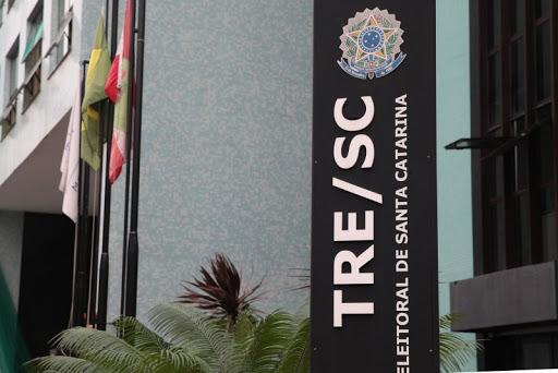 Fachada do TRE-SC, aparecem as bandeiras do Brasil e de Santa Catarina e folhagem