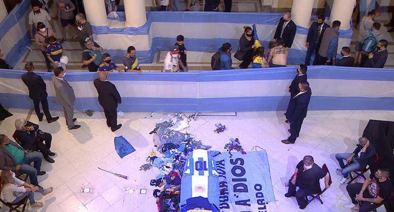 Fãs se despedem de Diego Armando Maradona – Foto: Reprodução/Periscópe