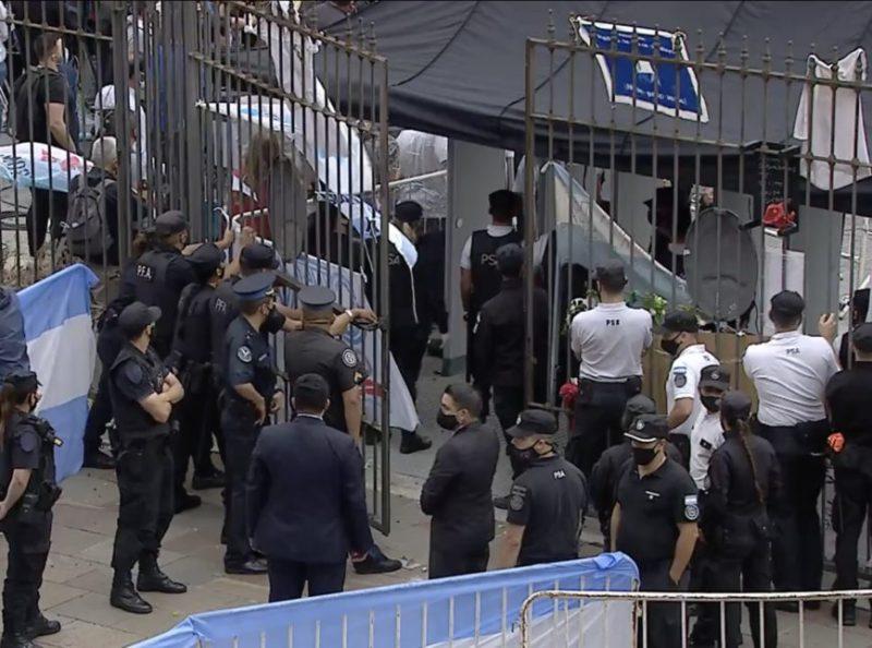 Confusão se formou na entrada devido ao alto número de pessoas – Foto: Reprodução/Periscópe