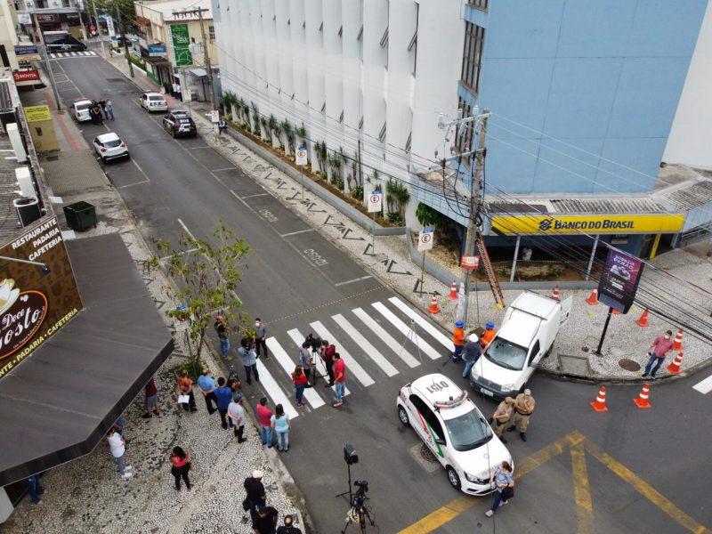 No dia seguinte ao assalto, Criciúma amanhece com barreiras por terra e ar. As primeiras investigações da Polícia Civil indicam que o grupo criminoso seria do interior de São Paulo. Ainda na manhã do dia 2, uma mulher foi presa em São Paulo. No local onde a suspeita foi encontrada, os policiais localizaram grande número de cartuchos de fuzil calibre 7,62 mm, dois carregadores de pistola 9 mm e uma caixa contendo espoletas de acionamento de explosivos. – Foto: Anderson Coelho/ND