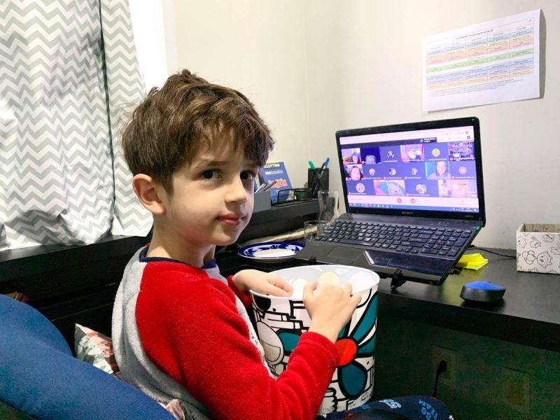 Aluno participa de aula virtual em casa – Foto: Divulgação