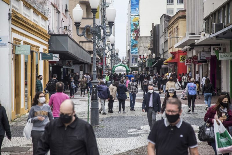Centro de Florianópolis com muitas pessoas