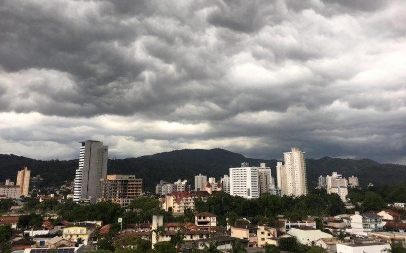 Defesa Civil de SC alerta para temporais e novos deslizamentos. Há previsão de mais nuvens com chuva e possibilidade de trovoadas para esta sexta-feira (18) em SC – Foto: Divulgação/Prefeitura de Blumenau