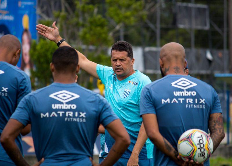 Claudinei Oliveira conversa com jogadores durante treinamento