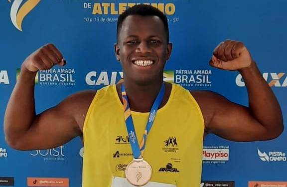 Anderson Fagundes Ferreira exibe medalha de bronze por lançamento de disco.