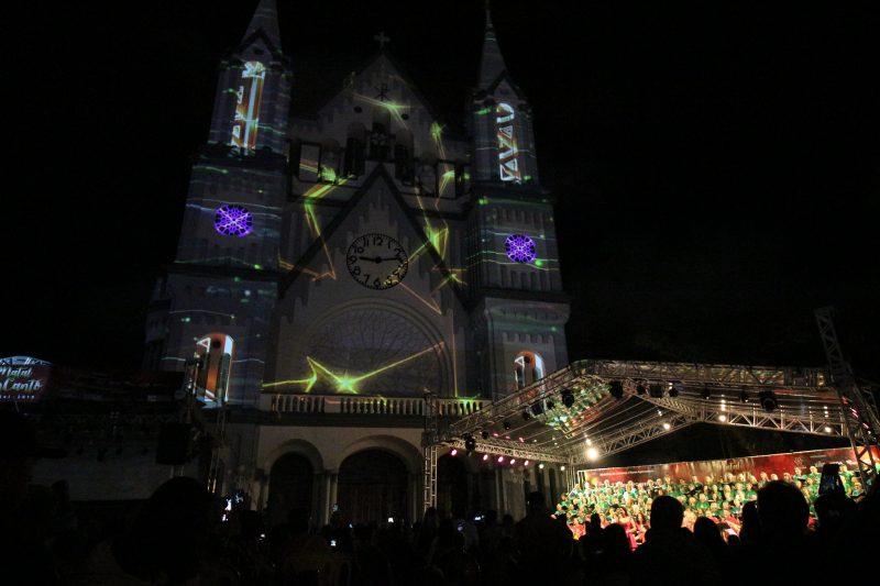 Igreja Matriz de Itajaí iluminada para o Natal.