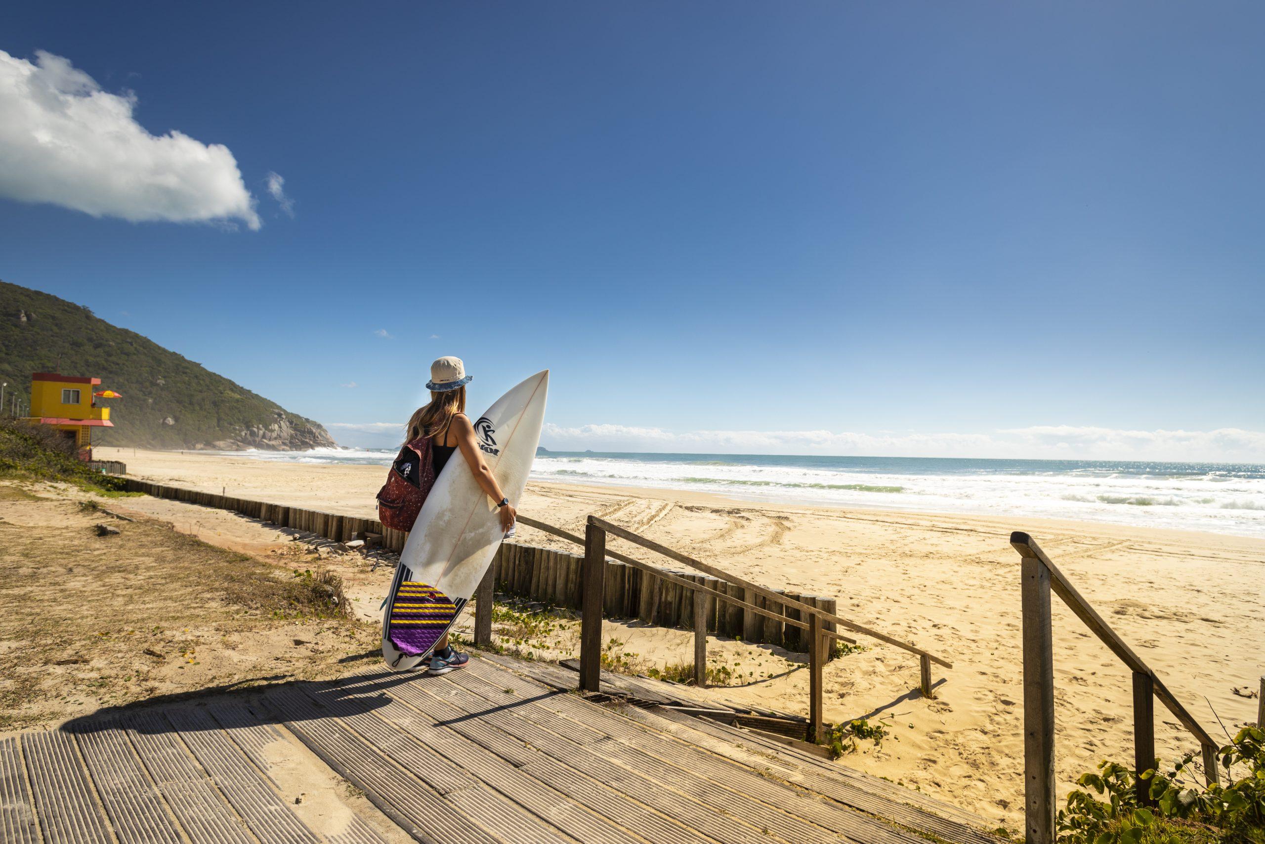 Praia Brava, em Florianópolis, conta com ondulações de até seis pés para o surf – Foto: Marcos Campos