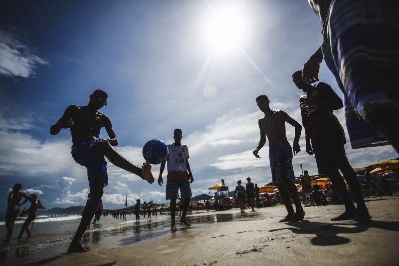 Apesar do dia de sol, orientação é evitar praias, já que a ressaca marítima pode ocasionar ondas de até 3,5 metros – Foto: Daniel Queiroz/ND