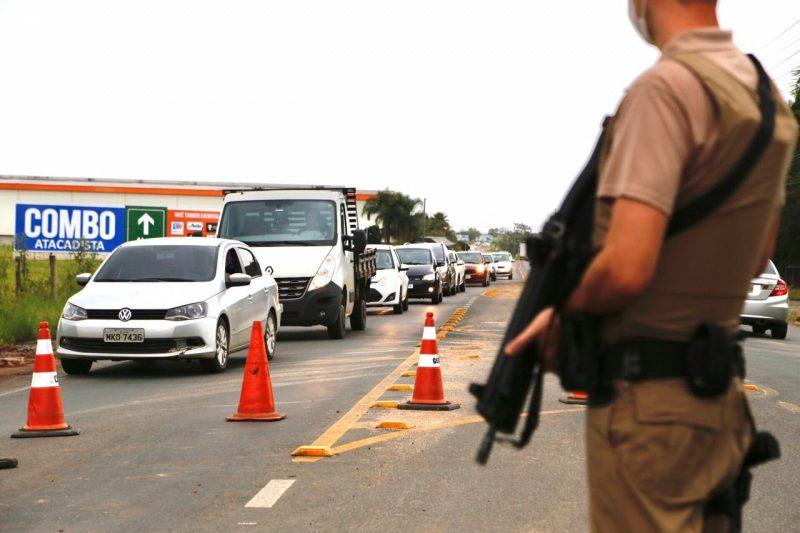 Em Içara, policiais fazem barreiras par atentar identificar os possíveis autores do crime – Foto: Anderson Coelho/ND