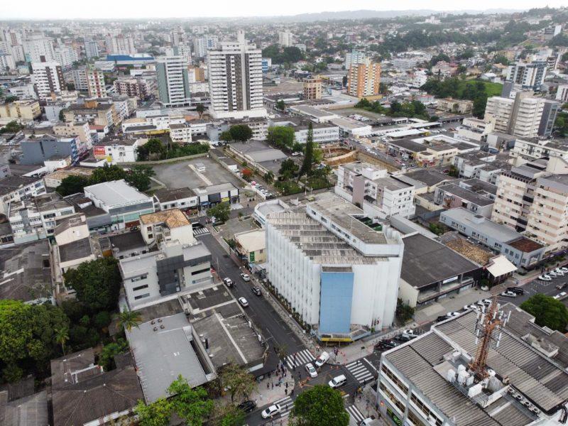 vista aérea do banco alvo de assaltantes em Criciúma