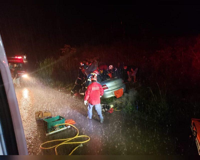 Motorista de 38 anos não resistiu aos ferimentos e morreu após batida em caminhão graneleiro – Foto: Corpo de Bombeiros/Atual FM