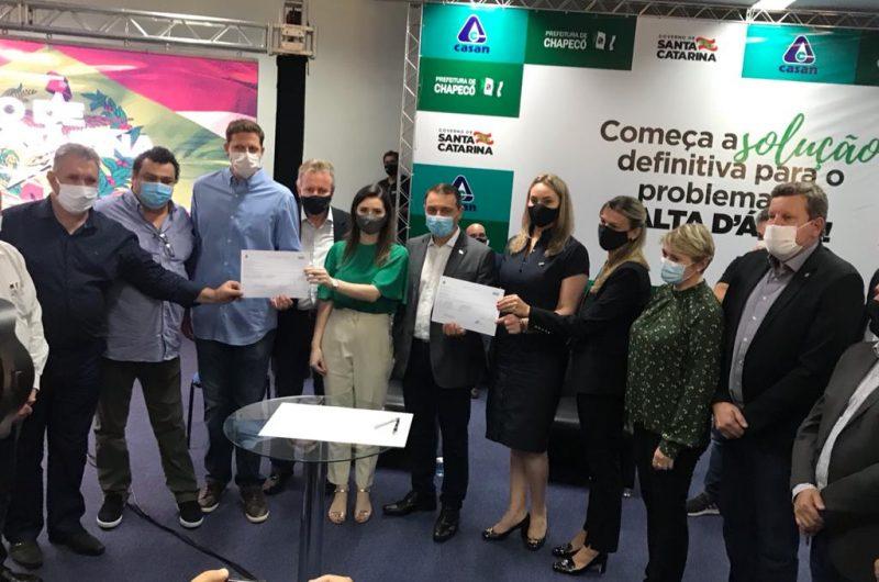 Autoridades participaram da assinatura da ordem de serviço. – Foto: Prefeitura de Chapecó/Divulgação