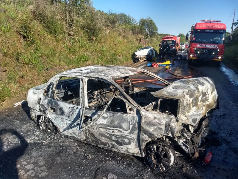 Com o impacto da colisão o Classic ficou totalmente destruído. – Foto: Corpo de Bombeiros/Divulgação