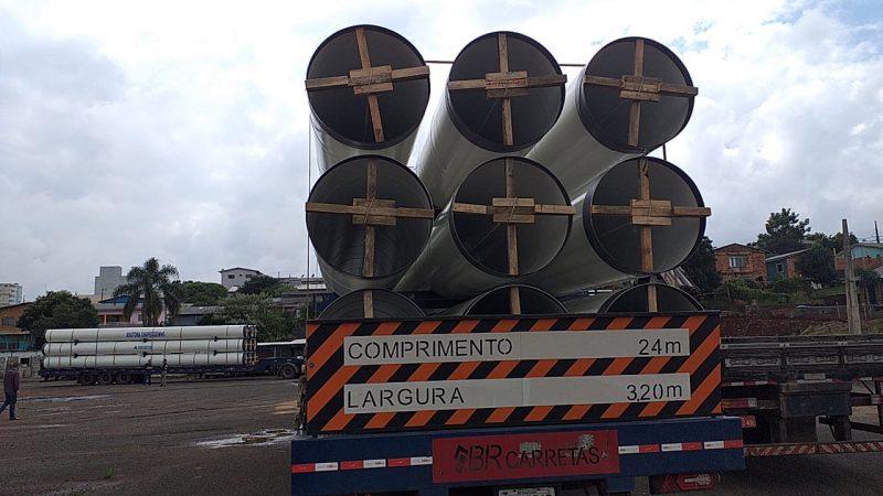 Com a chegada dos tubos iniciam as obras da macroadutora da Casan – Foto: Jair Correia/NDTV/Divulgação ND