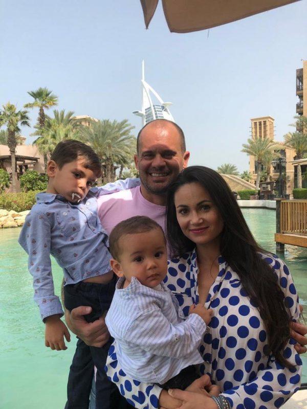 Andressa Stanck Ribeiro com o marido Bernardo (ambos vacinados) e os filhos nos Emirados Árabes Unidos – Foto: Arquivo pessoal/ND