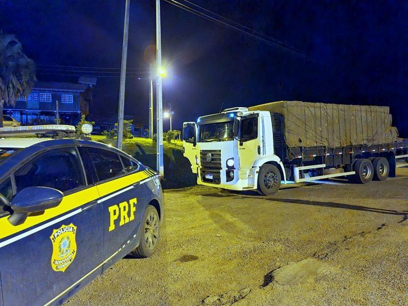 A mercadoria foi encontrada em um caminhão VW/24.250 que tinha registro de roubo/furto em Clevelândia (PR) – Foto: PRF/Divulgação/ND
