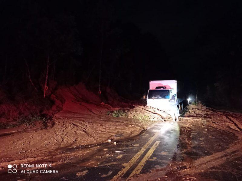 Rodovia foi interditada após o deslizamento de terra provocado pelos temporais – Foto: PRF/Divulgação