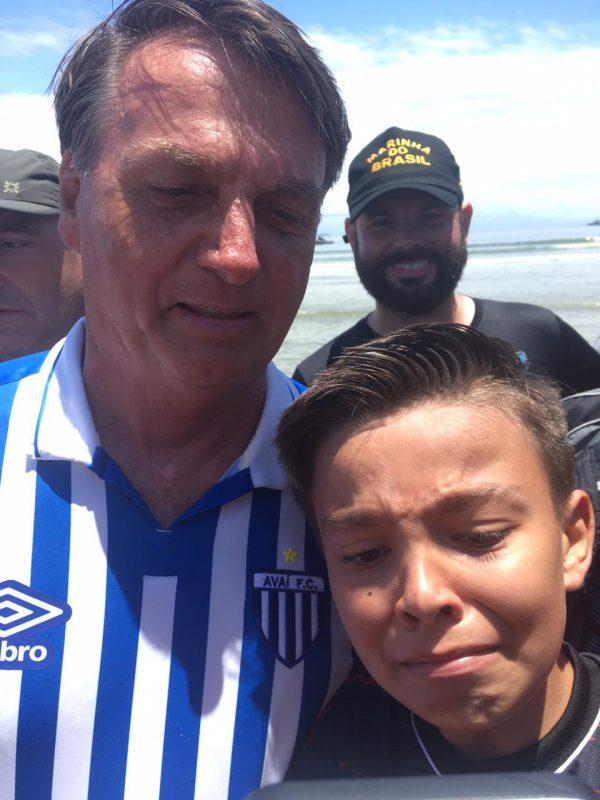 Bolsonaro fez fotos com fãs na primeira visita, em dezembro – Foto: Debora Orgecoski dos Reis/Divulgação ND