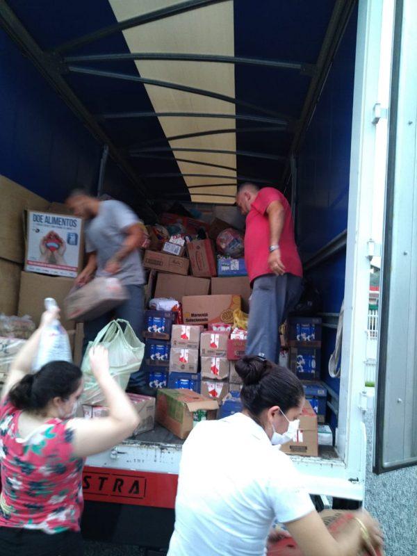Entre os produtos, foram doadas roupas, alimentos e água – Foto: Divulgação