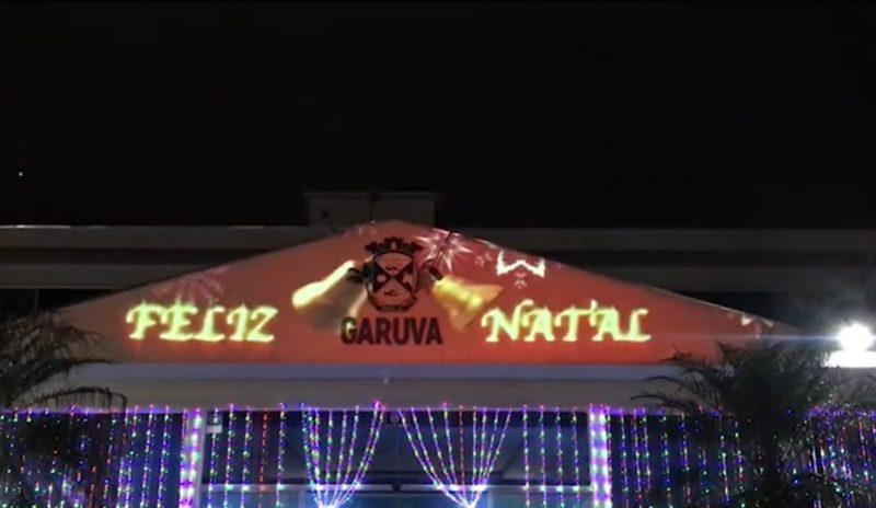 Em Garuva, a decoração ficou por conta da própria Prefeitura, que resolveu enfeitar sua praça com músicas e projeções que trouxessem o espírito de Natal para a cidade – Foto: Divulgação ND