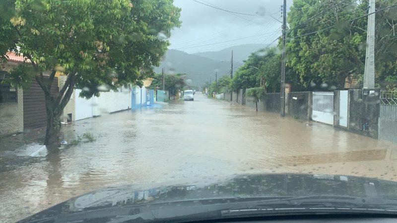 Praia do Moçambique ficou com ruas alagadas neste temporal que atingiu a região Norte de Florianópolis – Foto: Diego Bichoff/Divulgação/ND