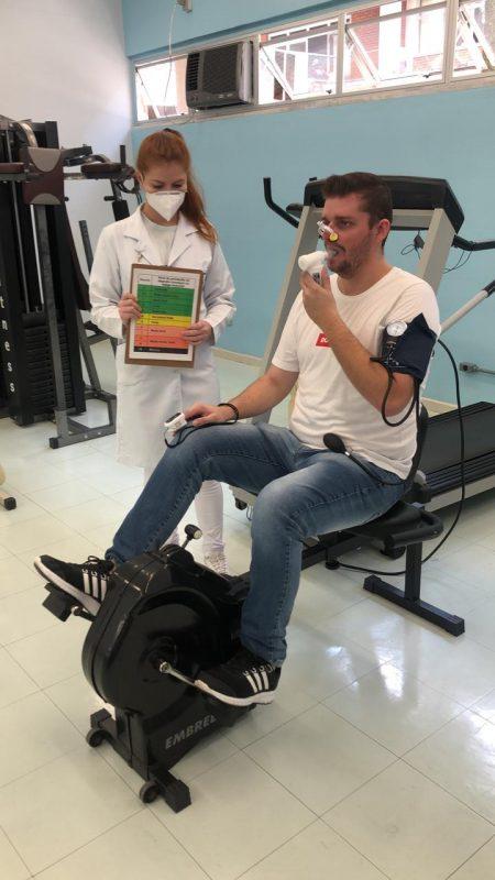 Alunos da Univali reproduzem exercício realizado constantemente por pacientes pós Covid-19 – Foto: Divulgação/Reprodução