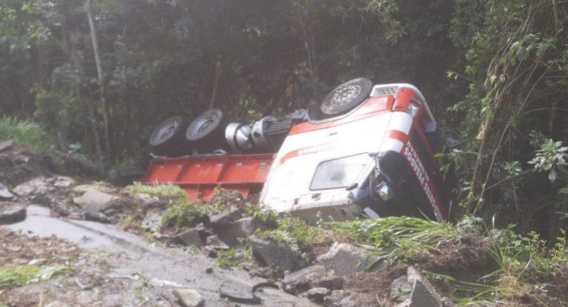 Carreta que transportava transformador capota na BR-470, em Apiúna – Foto: Divulgação
