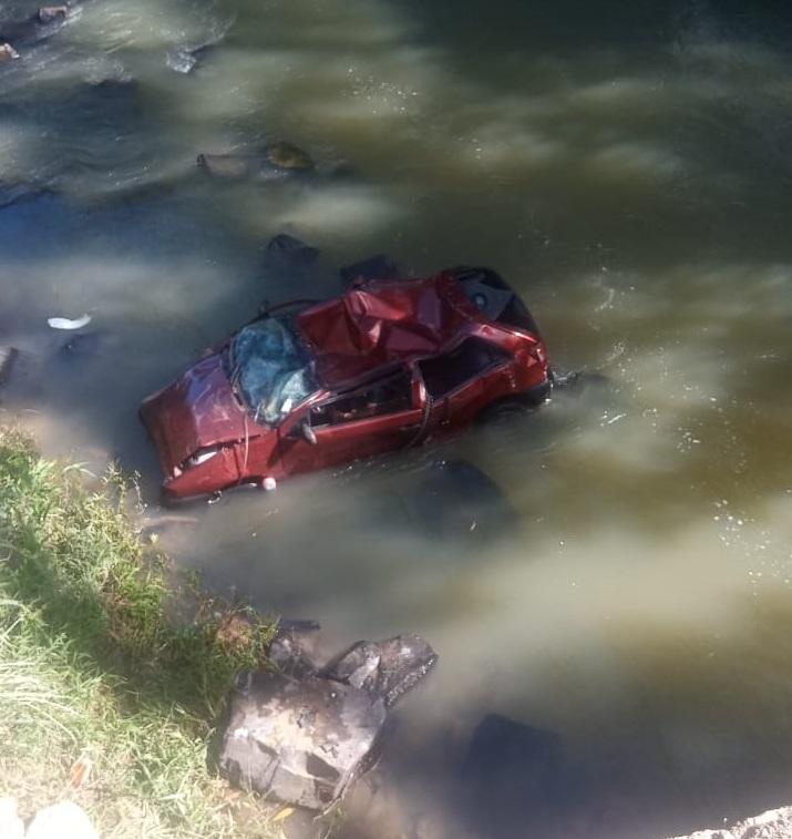 Jovem morre após carro cair em rio no município de Rio do Campo, no Alto Vale do Itajaí – Foto: Divulgação/Corpo de Bombeiros