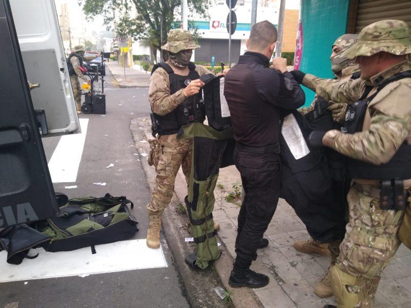 Ainda na manhã do dia 1º, quatro artefatos explosivos foram desativados pelo esquadrão de bombas do Cobra. Sendo três nas proximidades da praça do congresso e um na agência do Banco do Brasil no Centro da cidade de Criciúma. – Foto: Divulgação ND