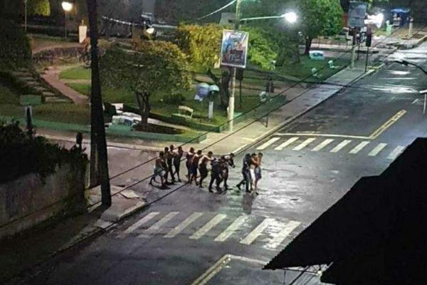 Os assaltantes trocaram tiros com a polícia e fizeram pelo menos 15 pessoas como reféns. – Foto: Reprodução/ND
