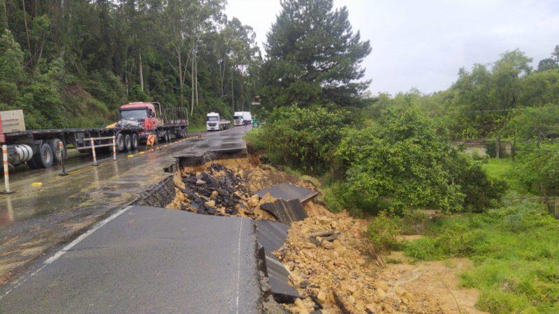 Trecho com desmoronamento, na BR-470, em Rio do Sul – Foto: PRF/Divulgação/ND