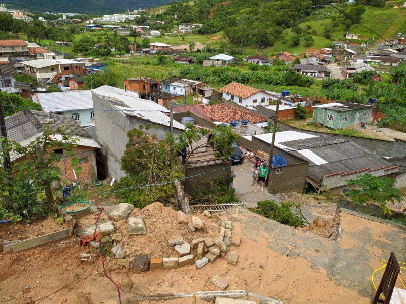 Deslizamento de terra no bairro São Sebastião. Vista de cima, aparecem várias casas