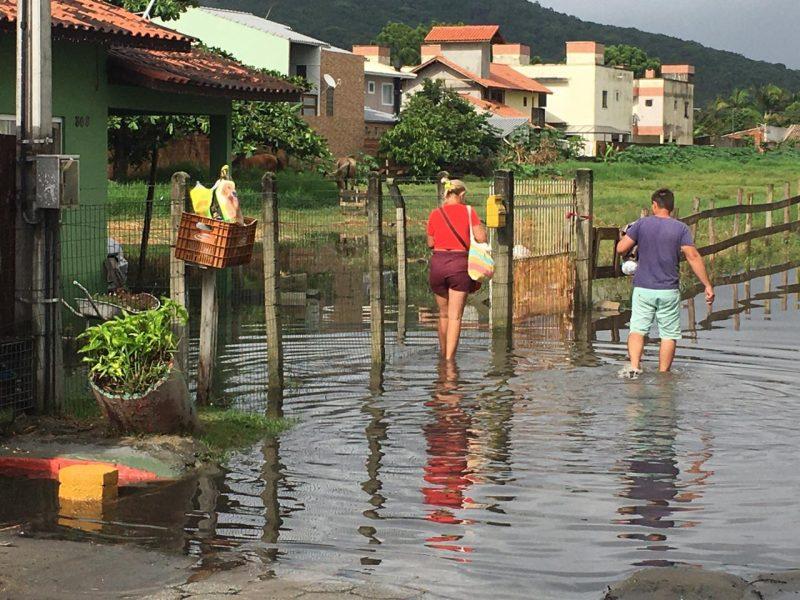 Moradores com dificuldades para ir e vir na servidão Abelardo Manoel dos Santos, no bairro Ingleses