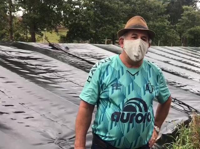 Agricultor Roque Gasparetto usa água da cisterna em seu aviário. – Foto: Epagri/Divulgação